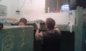 Policiais realizando a revista na cadeia